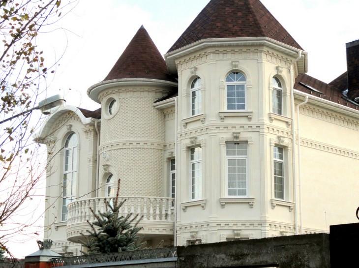 Декоративный фасад с лепниной из пенопласта – доступная роскошь