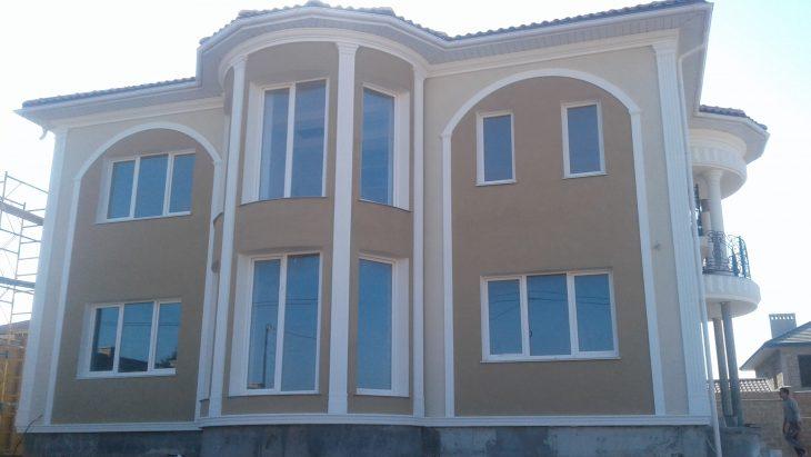 Необычные идеи при декорировании дома фасадным декором
