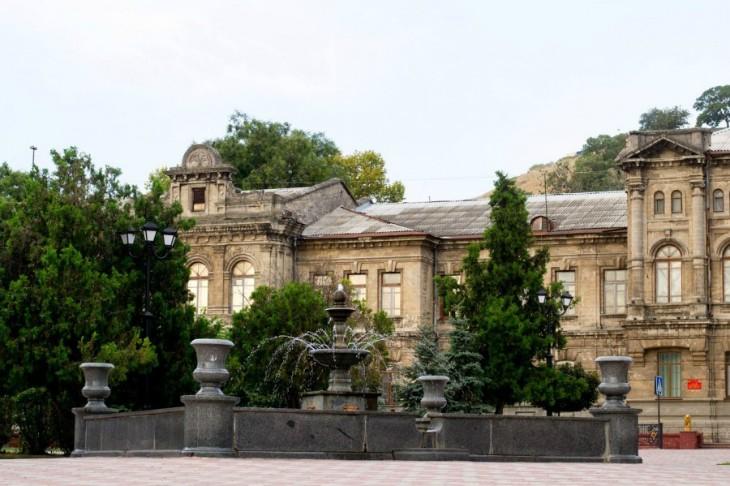 Декор на здании женской гимназии в Керчи