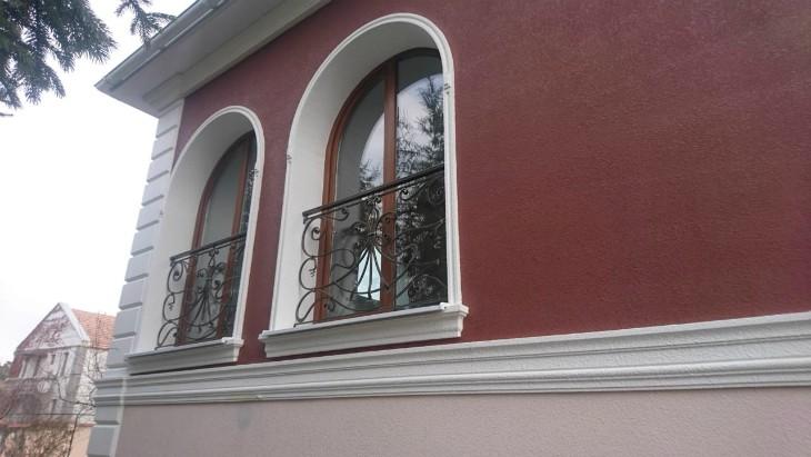 Архитектурные элементы на фасаде гостевого дома в Симферополе