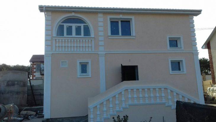 Дом с фальш-балконами из балясин