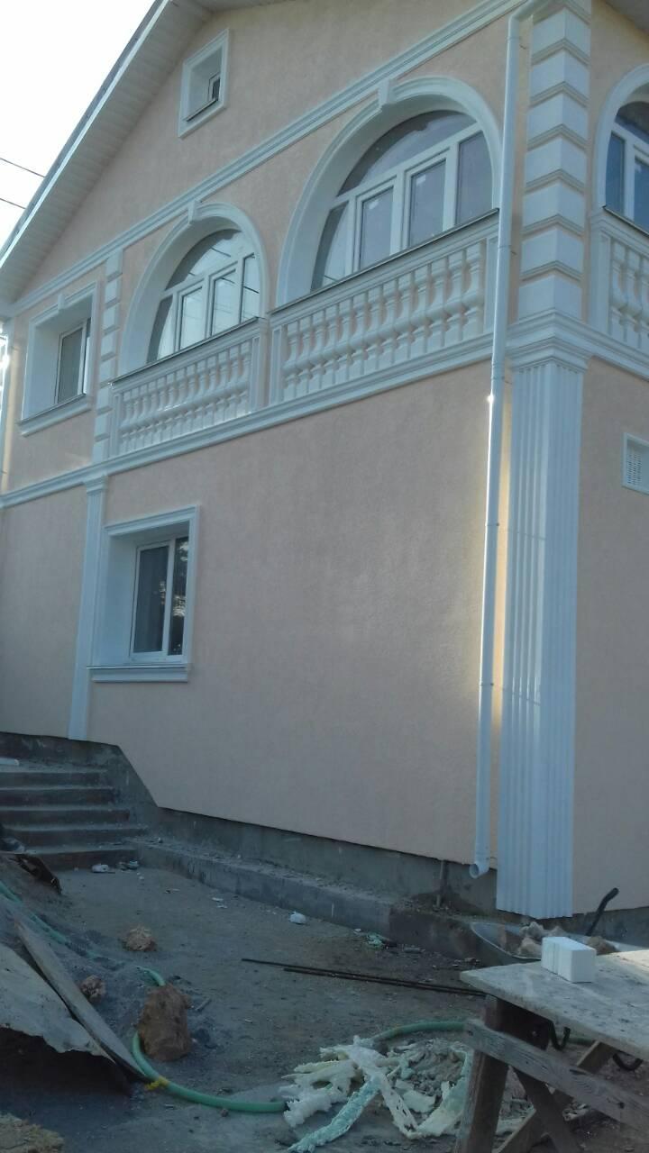 Дом в Севастополе: фальш-балконы с балясинами