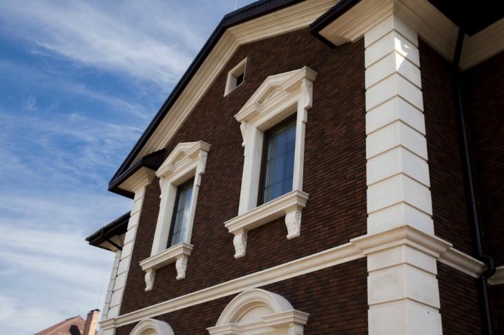 Фасады декорированные современной лепниной – стильное и практичное решение