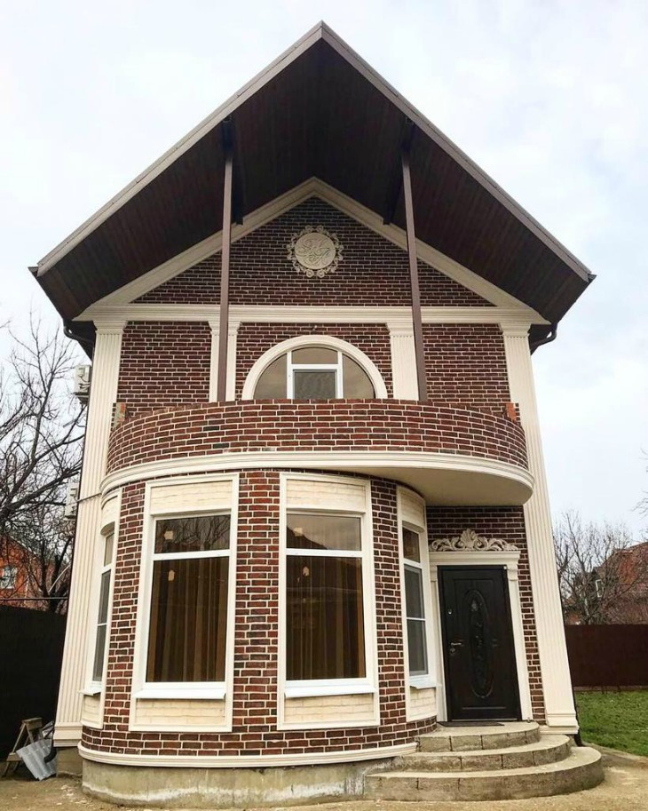 Изюминка фасада - именной герб хозяев! Дом в Краснодаре
