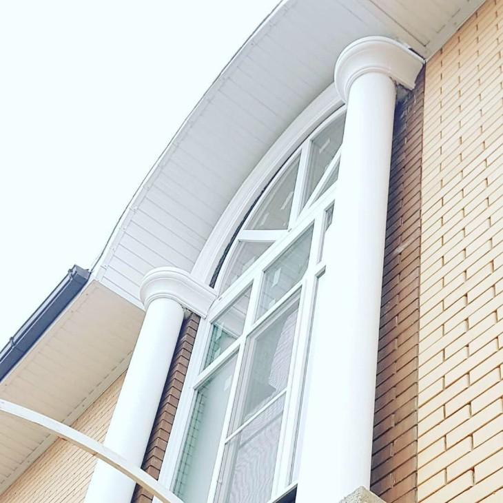 Один из наиболее популярных элементов декоративного оформления фасада — колонна