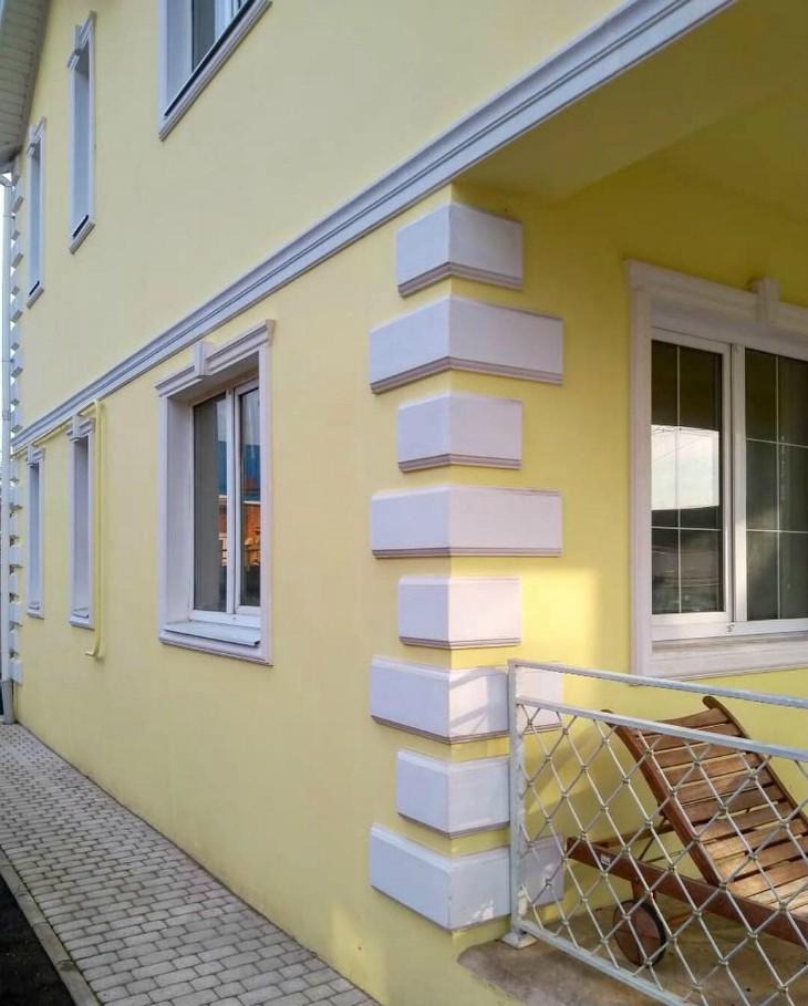 Внешний вид частного дома с фасадным декором