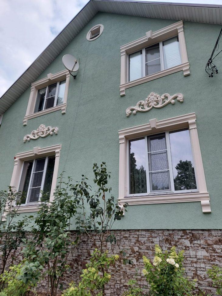 Сказочный дизайн фасада дома с лепным декором