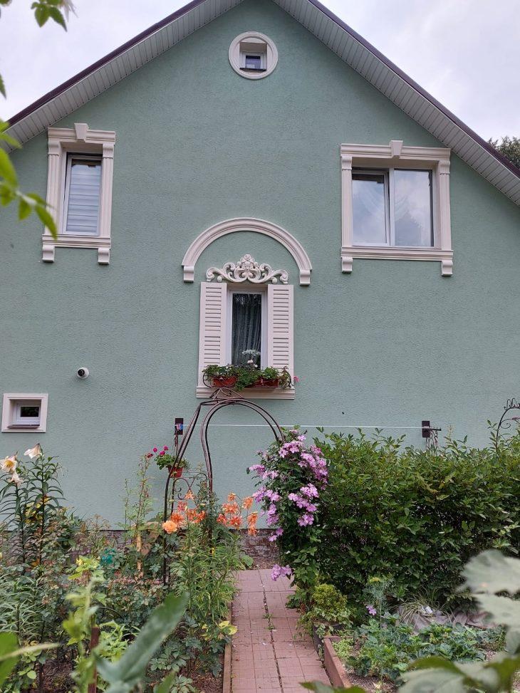 Сказочный домик посреди цветущего сада