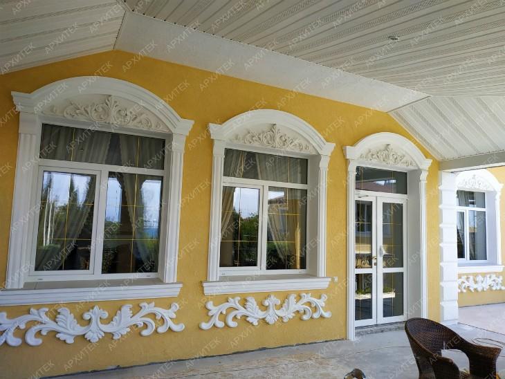 Фасадный декор украшает окна на проекте Архитек в Учкуевке